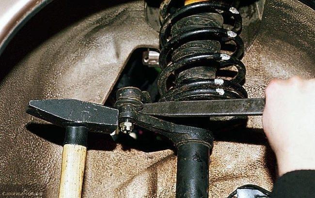 Процесс демонтажа рулевой тяги ВАЗ-2114