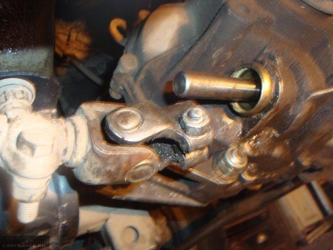 Демонтаж карданчика выбора штока ВАЗ-2114