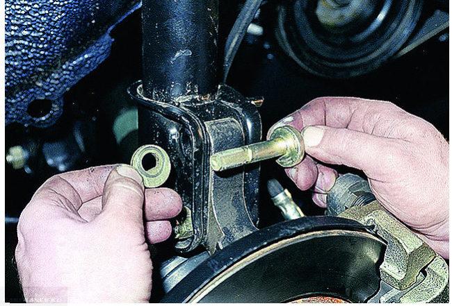 Вынимаем крепёжные болты с передней стойки ВАЗ-2114