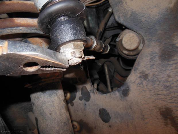 Демонтаж рулевого шплинта с наконечника ВАЗ-2114