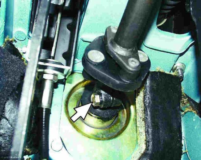 Снимаем болты рулевого вала ВАЗ-2114