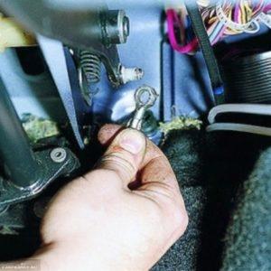 Демонтируем трос от педали сцепления ВАЗ-2114