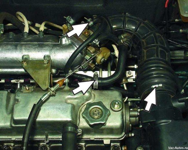 Снимаем патрубки вентиляции картера, вакуума и усилителя ВАЗ-2114