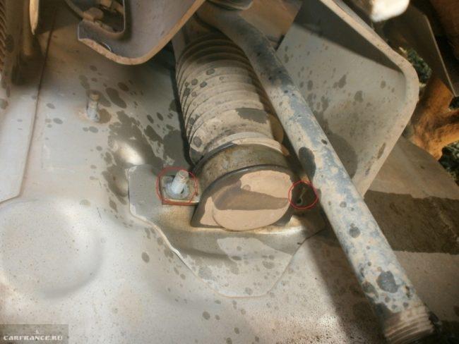Снимаем крепления рулевой рейки ВАЗ-2114