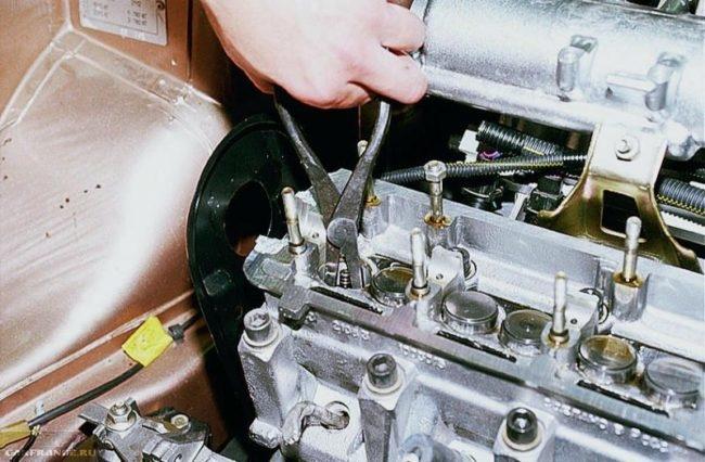 Процесс снятия толкателей ВАЗ-2114