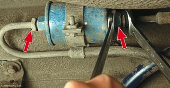 Демонтируем гайки топливопровода ВАЗ-2114