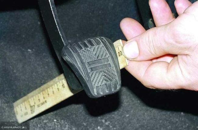 Измерение расстояния на педали сцепления ВАЗ-2114