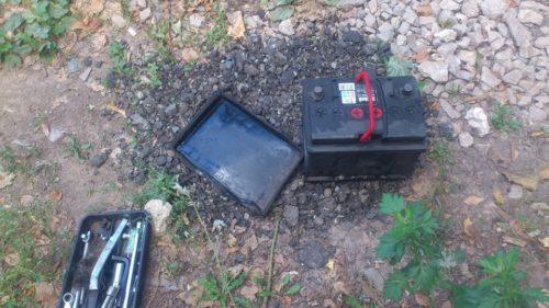Аккумулятор и резиновый поддон на земле