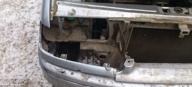 Перед автомобиля ВАЗ-2114 с демонтированной фарой