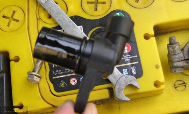 Демонтированный датчик фаз на ВАЗ-2114
