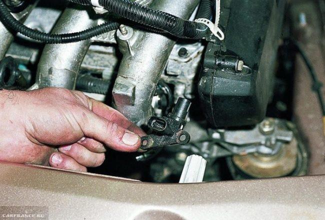 ДПКВ на двигателе ВАЗ-2114 под капотом вблизи