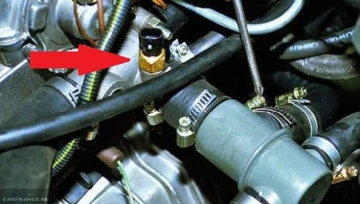 Где находится датчик температуры двигатель на ваз 2114