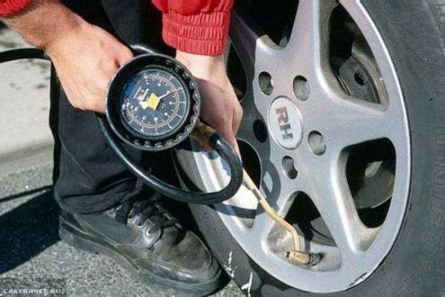 Измерение давления в шинах ВАЗ-2114 манометром