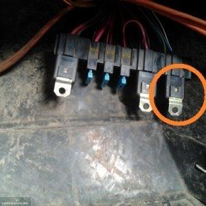 Реле включения вентилятора в дополнительном монтажном блоке ВАЗ-2114