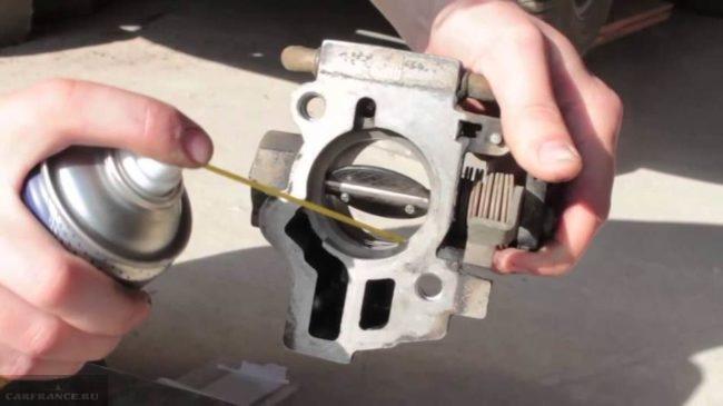 Процесс промывки каналов дроссельного узла ВАЗ-2114