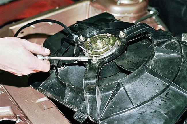 Процесс замены электродвигателя вентилятора охлаждения ВАЗ-2114