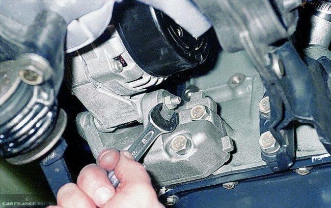 Процесс послабления гайки болта крепления корпуса генератора ВАЗ-2114