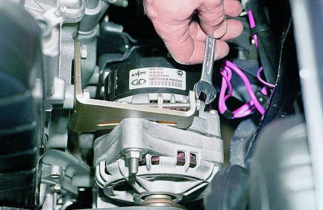 Болт натяжения ремня генератора ВАЗ-2114