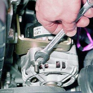Ослабляем гайку крепления генератора к установочной планке