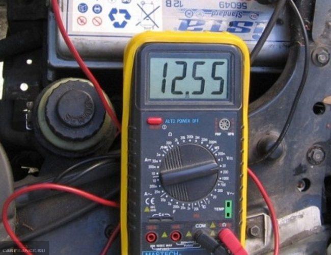 Процесс измерения напряжения в бортовой сети ВАЗ-2114 с помощью мультиметра