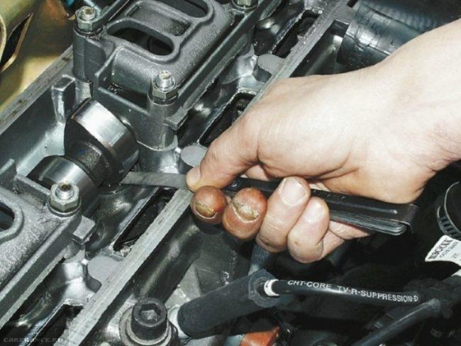 Процесс проверки зазора клапанов щупом на ВАЗ-2114