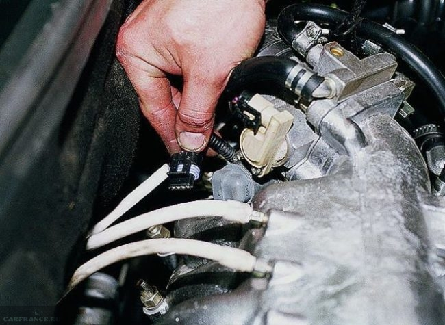 Процесс демонтажа клеммы датчика холостого хода ВАЗ-2114