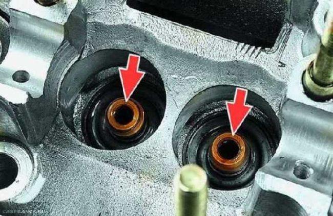 Маслосъёмные колпачки на двигателе ВАЗ-2114