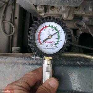 Замер компрессии в первом цилиндре двигателя ВАЗ-2114