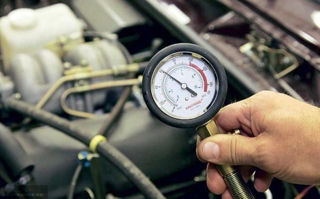 Процесс измерения компрессии в цилиндрах двигателя ВАЗ-2114 компресомметром