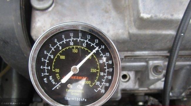 Процесс измерения компрессии в цилиндрах двигателя ВАЗ-2114 манометром