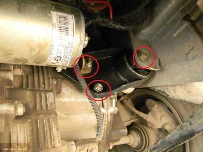 3 болта крепления левой подушки двигателя на ВАЗ-2114