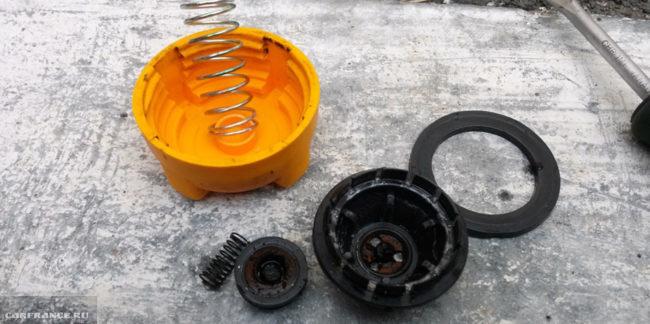 Клапан крышки охлаждающего бачка в разборе на ВАЗ-2114