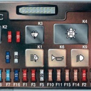 Монтажный блок ВАЗ-2114 под капотом автомобиля