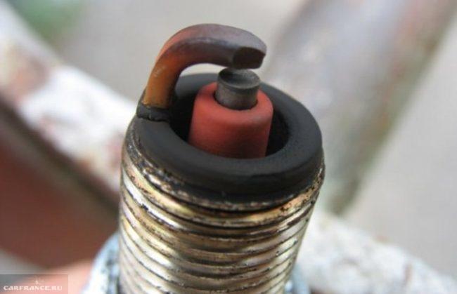 Свеча зажигания ВАЗ-2114 с черным нагаром вблизи