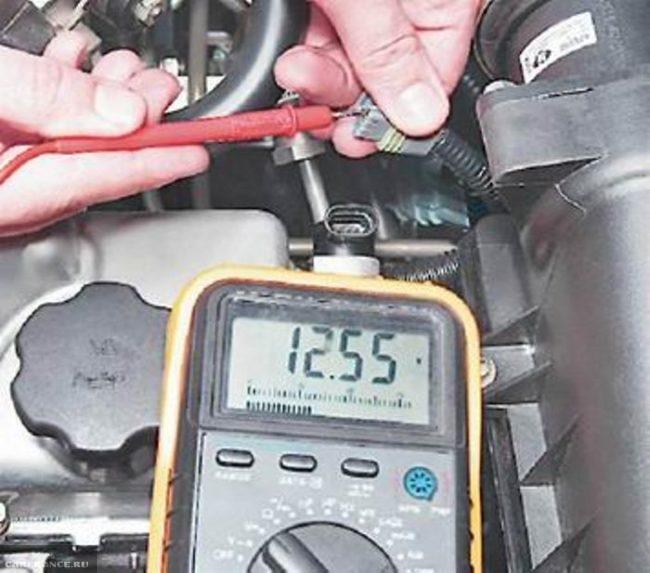 Измерение напряжения мультиметром на контактах Е и В датчика фаз ВАЗ-2114
