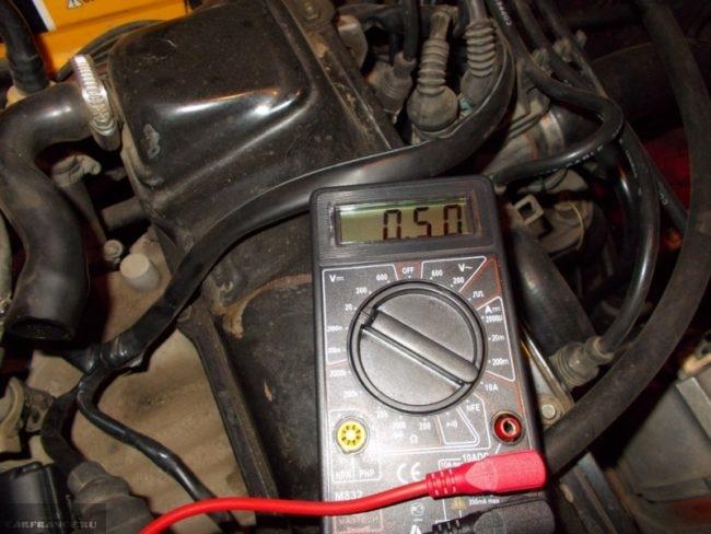Измерение напряжения мультиметром на клеммах при заведённом двигателе