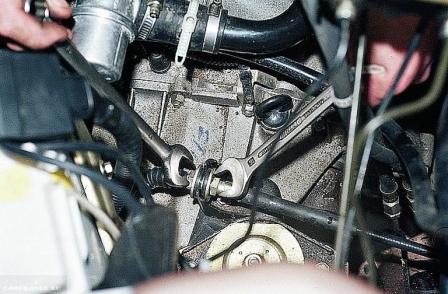 Ослабляем гайки крепления троса сцепления ВАЗ-2114