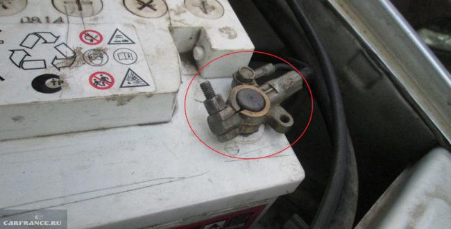 Отключаем минусовую клемму на ВАЗ-2114