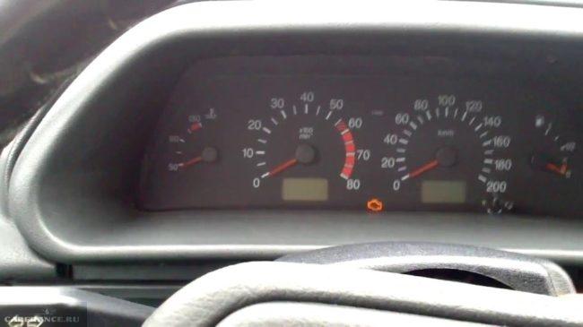 На панеле приборов ВАЗ-2114 светится индикатор зарядки аккумулятора