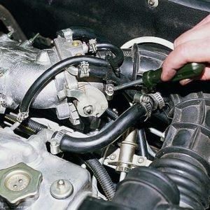 Процесс демонтажа патрубка воздушного фильтра ВАЗ-2114