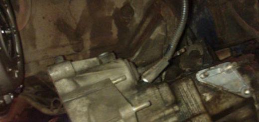 Располовиненная КПП на ВАЗ-2114 видно корзину сцепления и выжимной диск