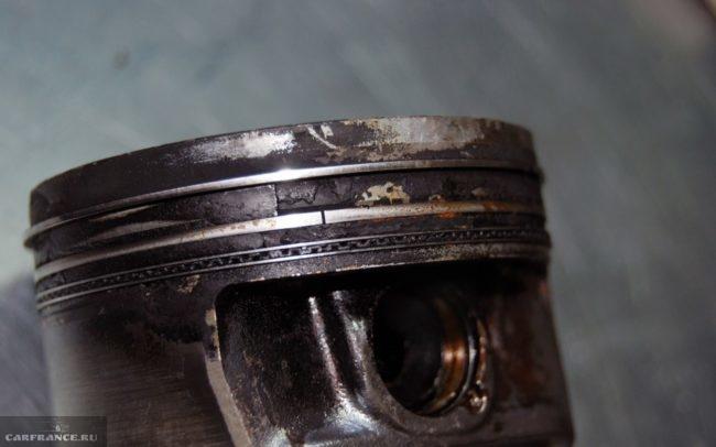 Залегшие кольца на поршне ВАЗ-2114 вблизи