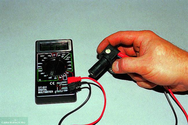 Процесс диагностики датчика поворота коленчатого вала ВАЗ-2114 с помощью мультиметра