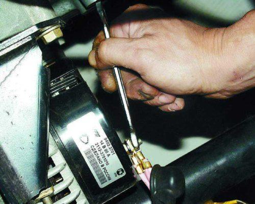 Контактный болт с проводами на генераторе ВАЗ-2114