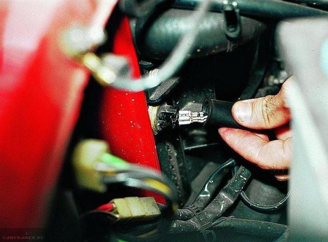 Процесс проверки цепи вентилятора охлаждения ВАЗ-2114