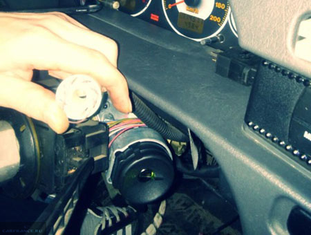 Пучок проводов зажигания ВАЗ-2114 под рулевой колонкой