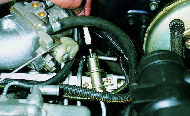 Регулятор давления топлива АЗ-2114 вблизи