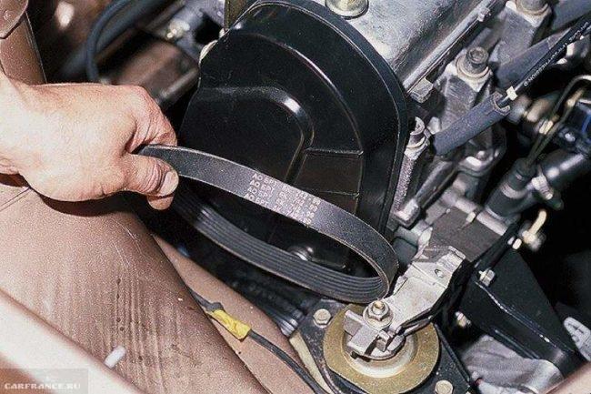 Процесс снятия приводного ремня генератора