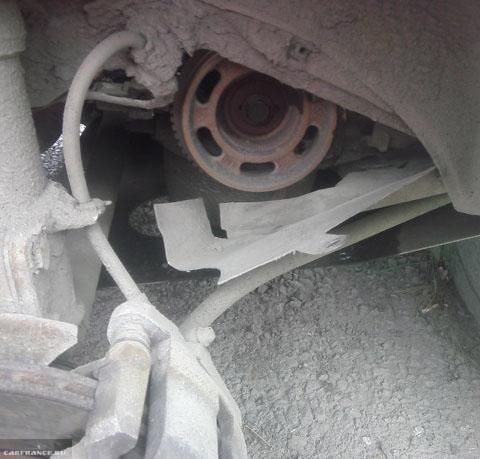 Сняли колесо и пластиковую защиту на ВАЗ-2114