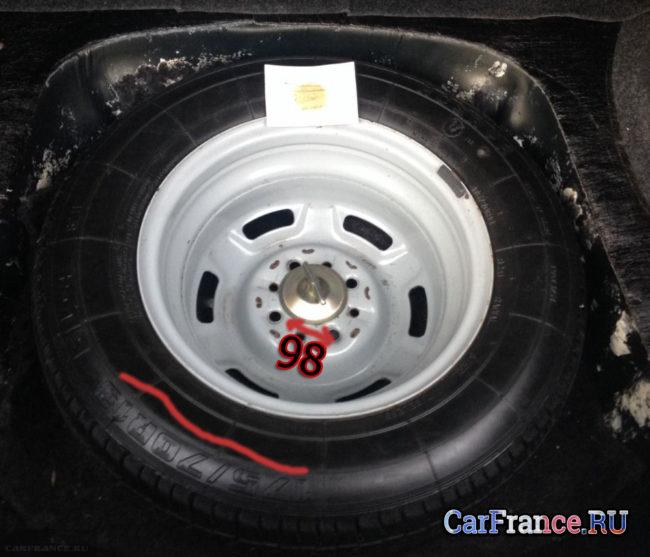 Стандартное колесо в нише запаски на ВАЗ-2114